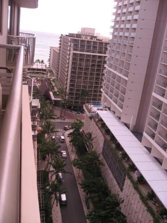Embassy Suites by Hilton Waikiki Beach Walk: 1811号室からビーチウオーク通り