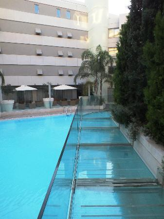 Galaxy Hotel Iraklio: Swimming pool walkway