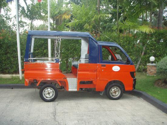 Horizon Karon Beach Resort & Spa: Free Tuk Tuk that goes up and down the hill