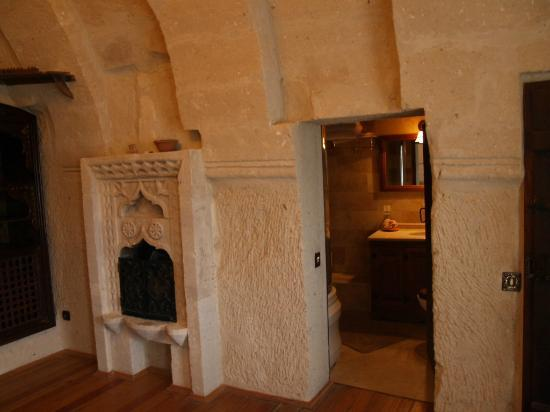 Sultan Cave Suites: Living room and fireplace