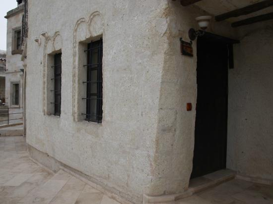 Sultan Cave Suites: Front of the apartment