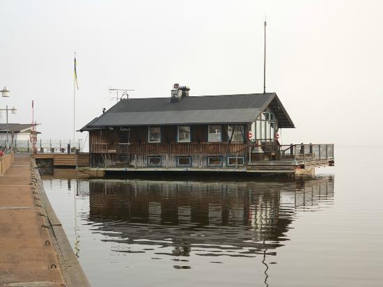 Båthuset Krog & Bar från piren i Sigtuna Hamn