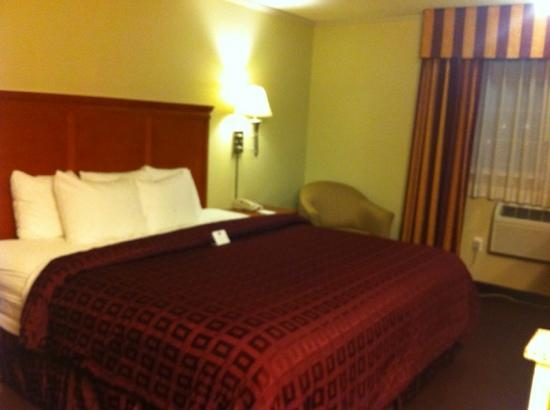 Clarion Hotel: standard room with a king bed