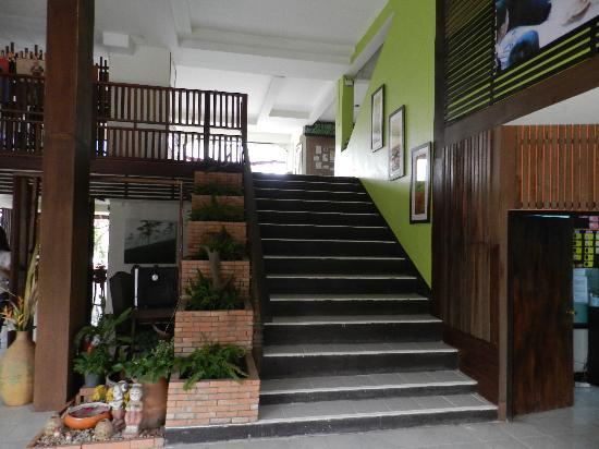 Phumanee Home Hotel: stairs going up