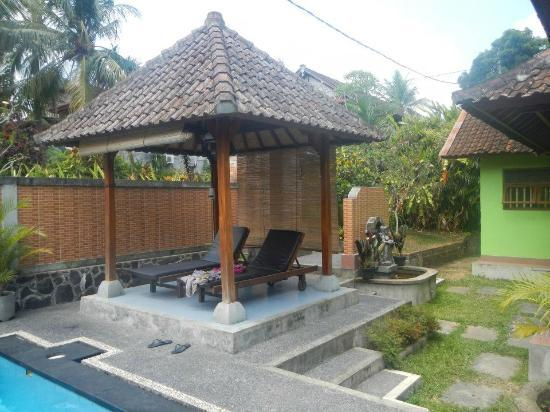Bali Breeze Bungalows: pool area
