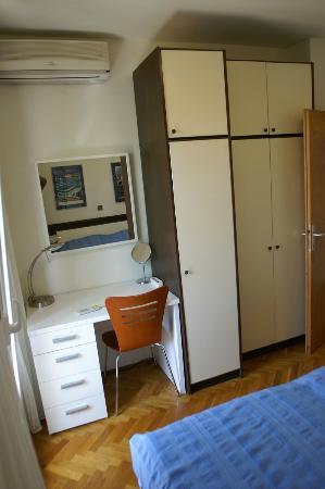 Apartments Erika: Sleeping room toilette desk