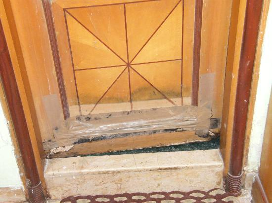 Hotel Benzy Palace: Room Door fixed with tape