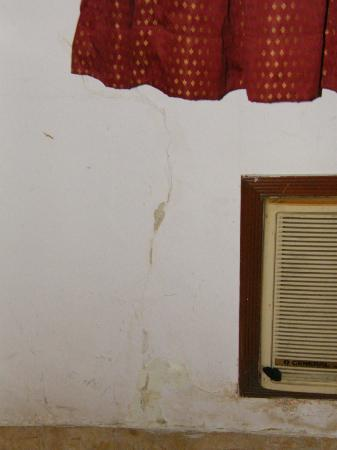 Hotel Benzy Palace: Cracks in the walls of the Room