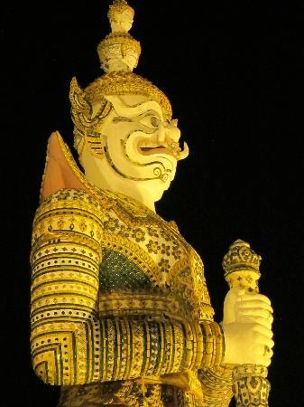 Grasshopper Adventures: Marco Polo at Wat Pho