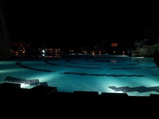 Hilton Sharks Bay Resort: Pool at night