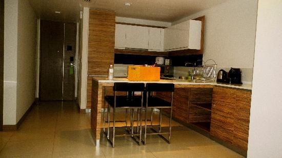 8 on Claymore Serviced Residences: Kitchen and welcoming basket