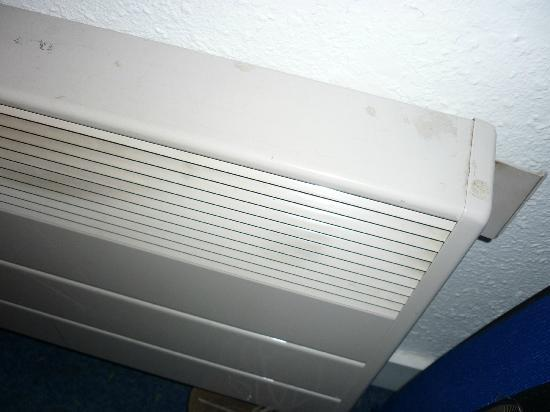 ibis budget Evry Saint Germain lès Corbeil : Heater covered in stains