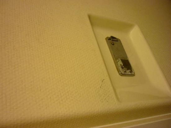 ibis budget Evry Saint Germain lès Corbeil : All the walls in the bathroom and room were covered with similar stains