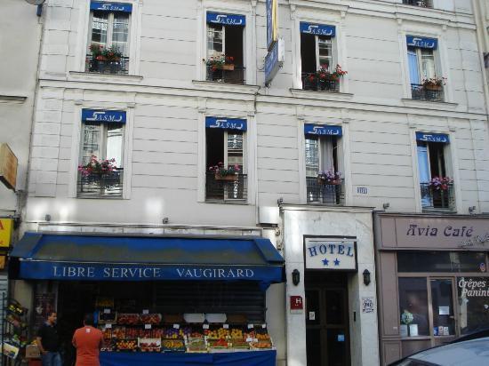 Hôtel Avia Saphir Montparnasse : 隣はコンビニ