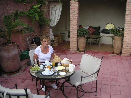 Riad Altair: Petit déjeuner sur la terrasse