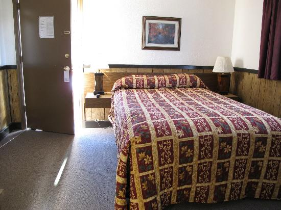 Peak To Peak Lodge: the bedroom