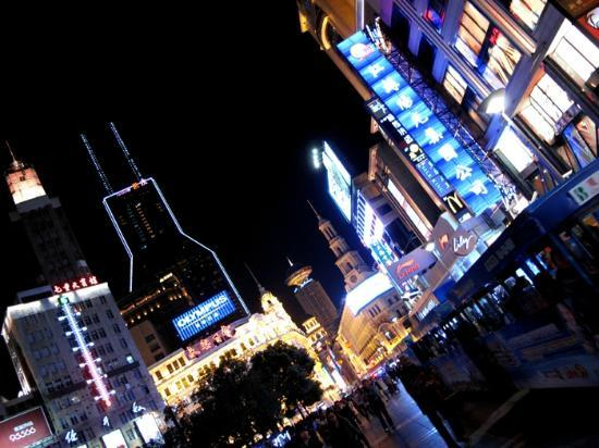 ‪إنتركونتننتال شانجهاي بوكسي: the infamous road that never sleeps, Nanjing Road, aka shopping mecca‬