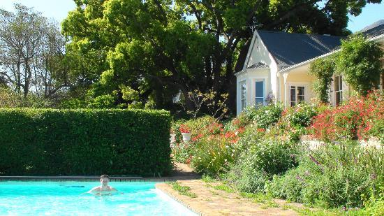 The Garden House: Garten mit Pool