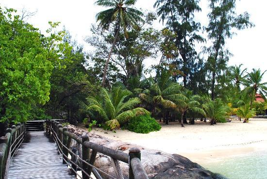 Beachcomber Seychelles Sainte Anne: The Bridge around the beach.