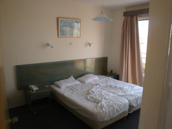 Nicholas Hotel Apartments: La moquette di questa stanza era in condizioni schifose!