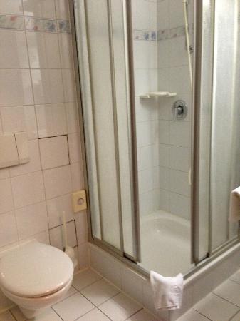 Hotel Baer: バスルーム