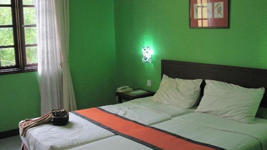 Geopark Hotel: Ghastly green paint!! Nicer colours in other rooms