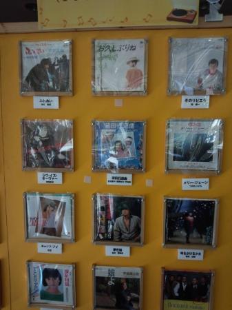 Yunogo Bishunkaku: フロント横のコーヒーラウンジでレコードのサービス 年末まで