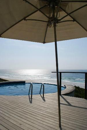 Massinga Beach Lodge: The deck outside the main reception / bar area