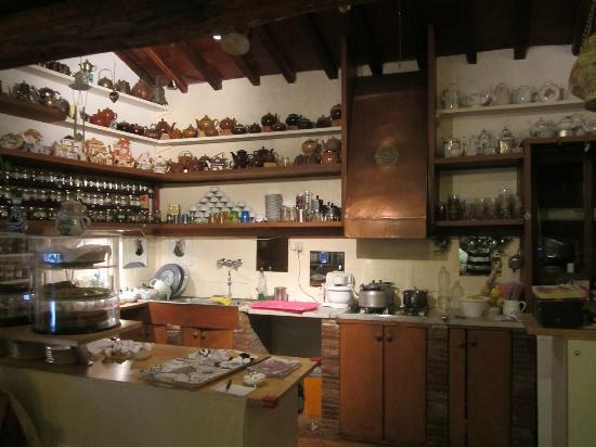 La Credenza Cucina : La credenza della cucina picture of sala da te calcata