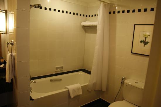 Saigon Prince Hotel: Shower/Bath/Toilet/Massive Walk-in-robe