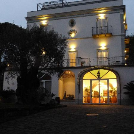 Hotel Oasi Olimpia Relais: Front view - night