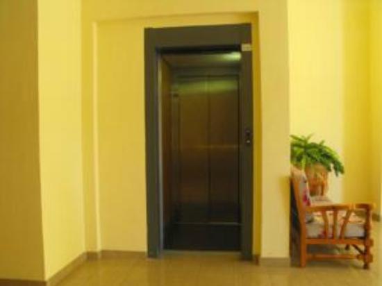 Hostal Nicol's: ascensor
