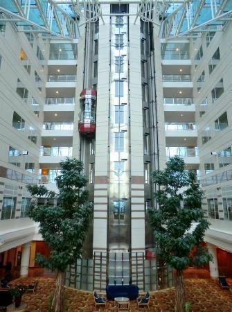 ฮิลตัน ปารีส ชาร์ลส์ เดอ โกลล์ แอร์พอร์ท: Hilton Paris Charles de Gaulle Airport  Roissy elevators lobby atrium