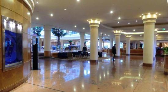 ฮิลตัน ปารีส ชาร์ลส์ เดอ โกลล์ แอร์พอร์ท: Hilton Paris Charles de Gaulle Airport  Roissy lobby