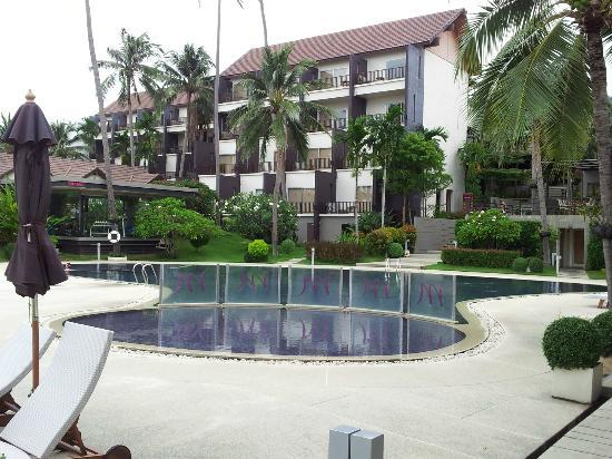 Fenix Beach Resort Samui: View from the pool to the Hotel...