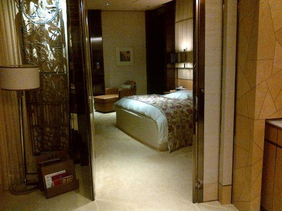 The Ritz-Carlton Shanghai, Pudong: Bedroom (view from living room's entrance)