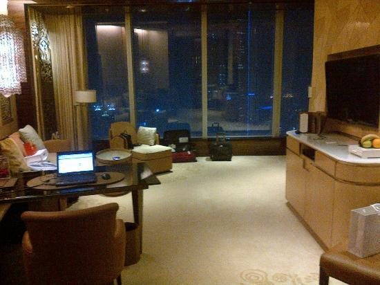 The Ritz-Carlton Shanghai, Pudong: Living room at the Junior Suite type