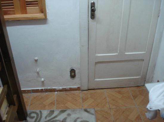 Bom Fim Hostel: quarto onde era banheiro antes, apertadíssimo e sem ventilação adequada