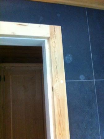 Chambre 54 salle de bain semble tre un encadrement de for Contour fenetre bois
