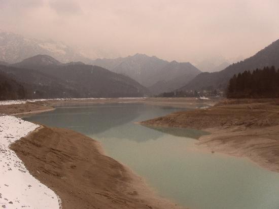Barcis, İtalya: il lago d'inverno