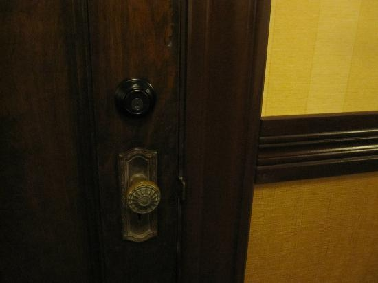 Hotel Julien Dubuque: Door hardware