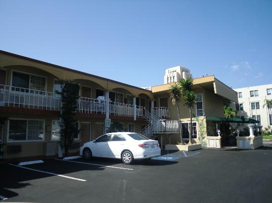 Pacific Inn Hotel & Suites: Esterno