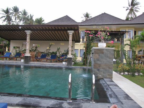 วิลล่ารอซซ่า: Shaded pool area with new rooms in the background