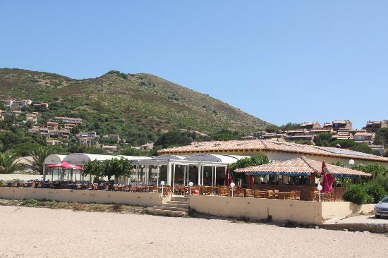 Marina di Lava: ristorante visto dalla spiaggia