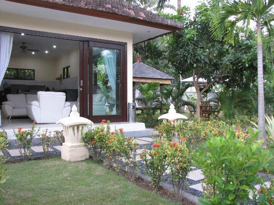 วิลล่ารอซซ่า: Reception and gardens from pool area