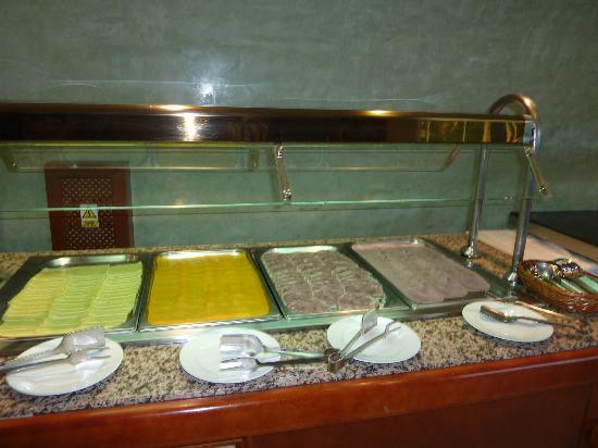 Sol y Mar Apartments: Buffet;