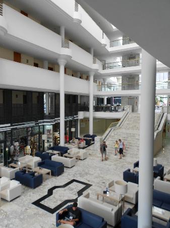 جوايامارينا برينسيس: Inside hotel, stairs & seating 