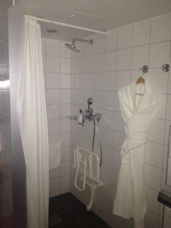 Best Western Premier Hotel de la Paix: sdb bien éclairé - 1 peignoir pour 2...