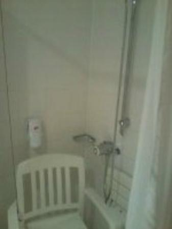 Village Hotel Liverpool : Shower with the garedn chair