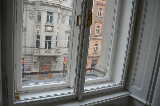 Hotel Suite Home Prague: infisso esterno rotto